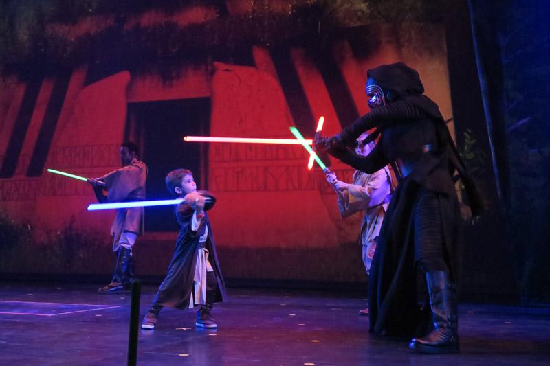 Eric lutando contra Kylo Ren durante o Treinamento Jedi no Disney Fantasy
