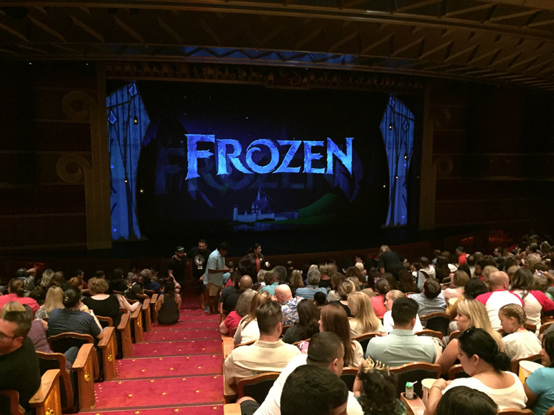 Esperando o show Frozen no teatro do Disney Wonder