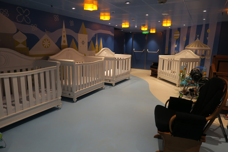 Área de dormir da creche no navio Disney Wonder