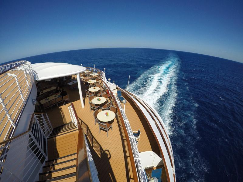 Vista do deck 10 Aft (atrás) no Disney Wonder em algum lugar do Caribe