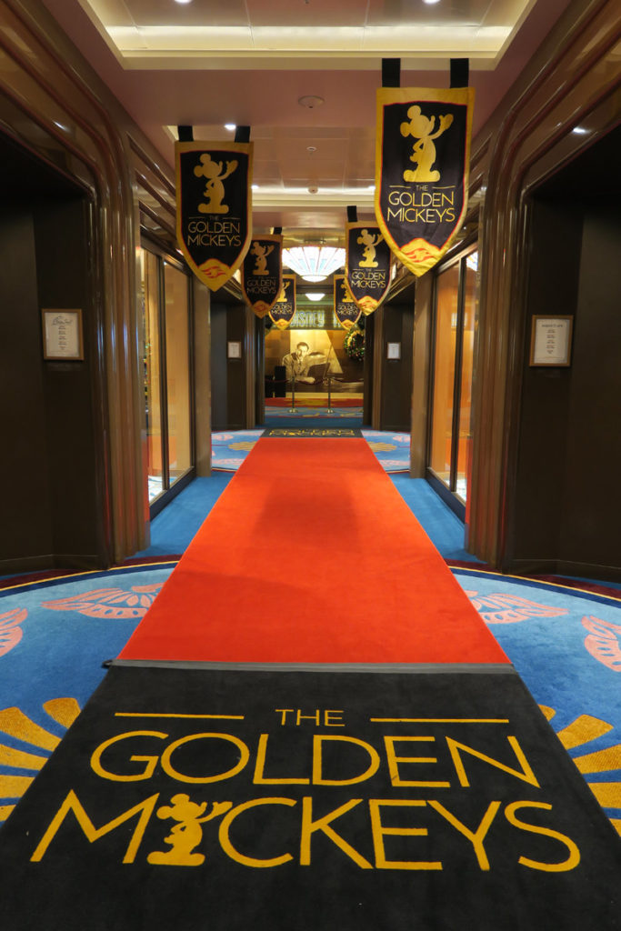 O tapete vermelho para o show Golden Mickeys