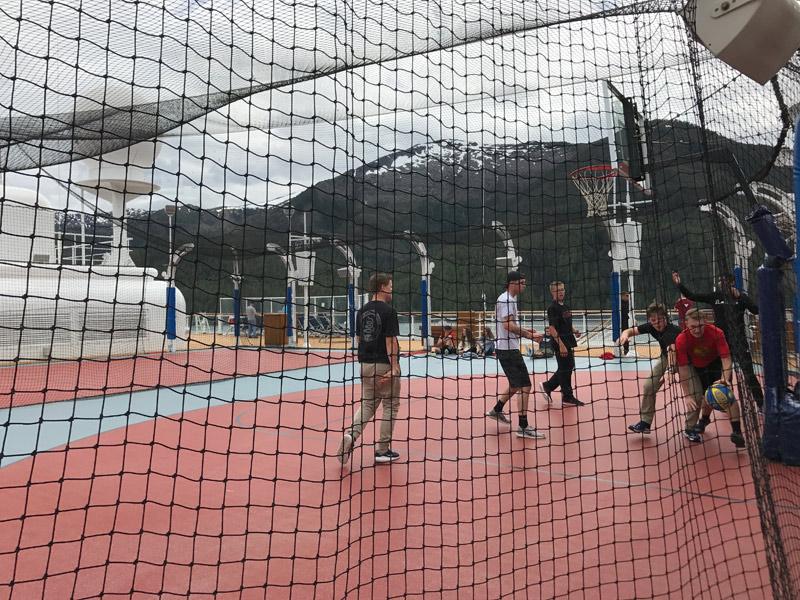 Um jogo de basquete durante o cruzeiro no Alasca
