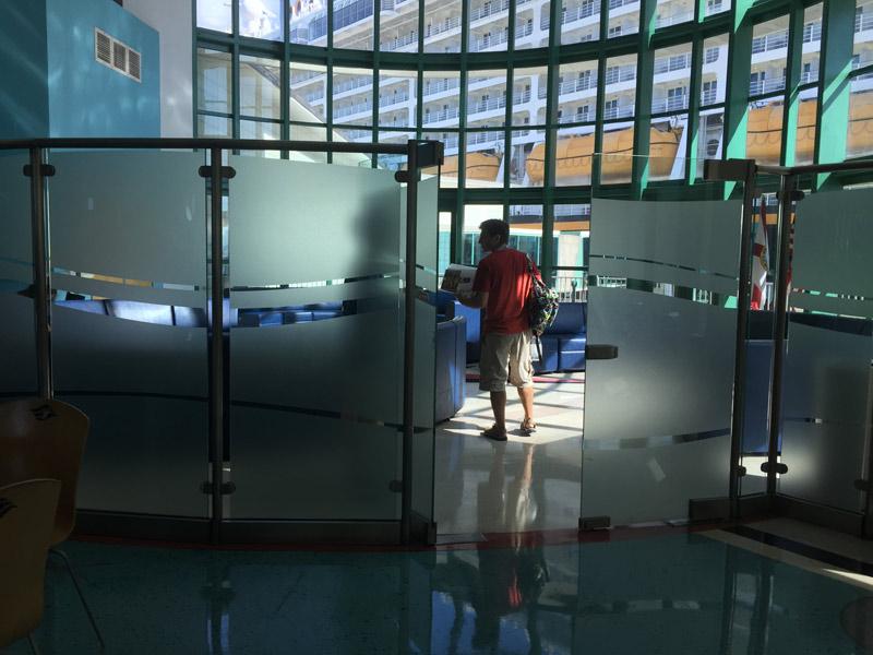 Entrando na sala de espera para passageiros Concierge em Porto Canaveral