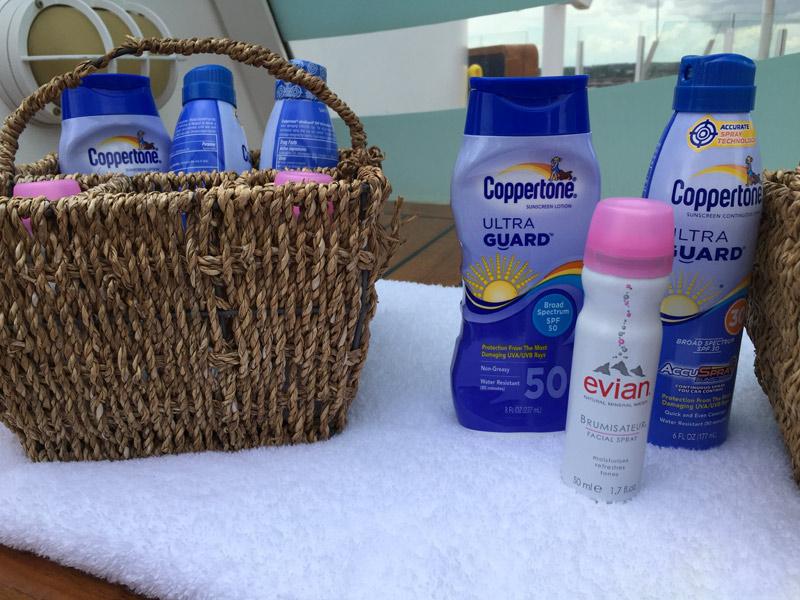 Benefícios da Cabine Concierge nos cruzeiros Disney: Filtro solar e água Evian pra borrifar no rosto disponíveis no Concierge Sun Deck