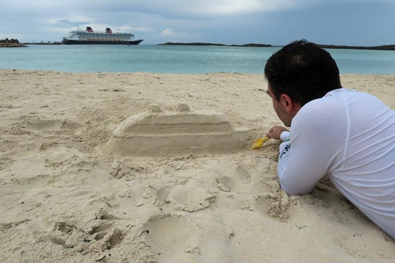 Meu marido fazendo uma escultura de areia do navio