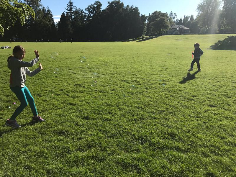 Julia e Eric brincando no Stanley Park em Vancouver. Foto: Luciana Misura