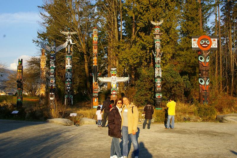 Mirella com a mãe nos famosos totens do Stanley Park, em Vancouver