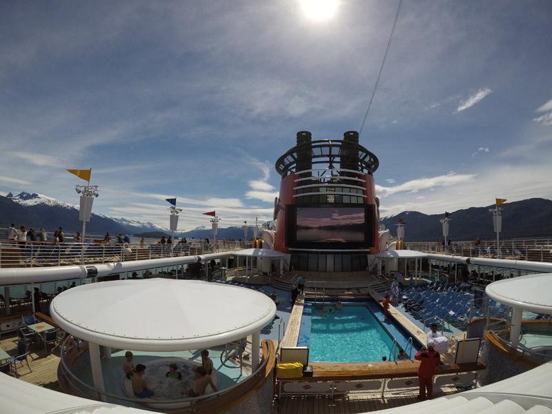 A piscina de família no Disney Wonder durante o cruzeiro no Alasca