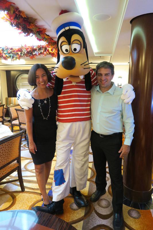 Benefícios da Cabine Concierge nos cruzeiros Disney: Nós com o Pateta no Concierge Lounge, estávamos nos arrumando pra ir pro Palo