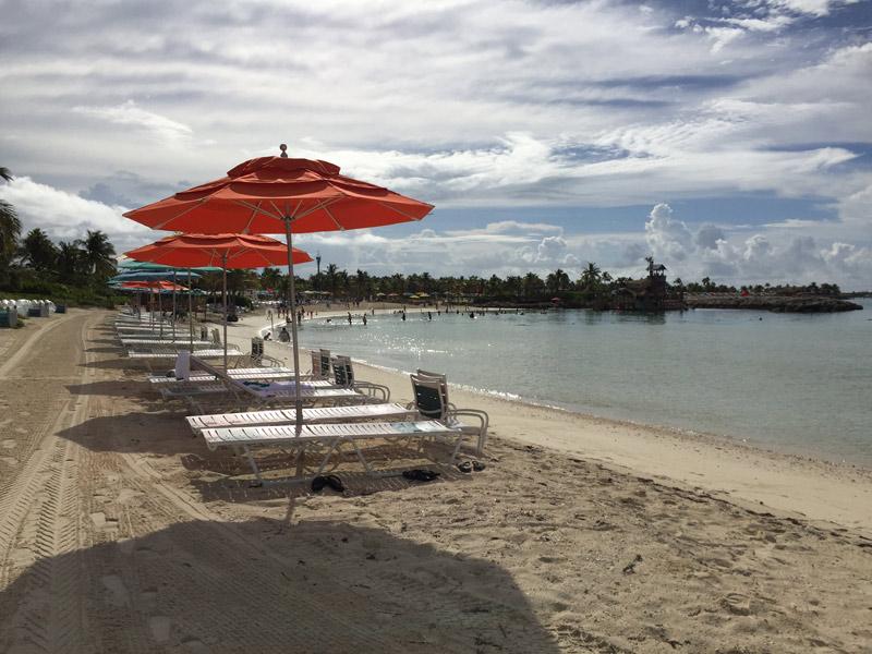 Espreguiçadeiras e guarda-sóis na praia privativa das Cabanas