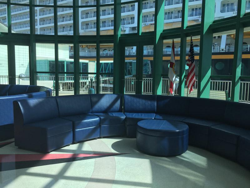 Benefícios da Cabine Concierge nos cruzeiros Disney: Sala de espera Concierge em Porto Canaveral