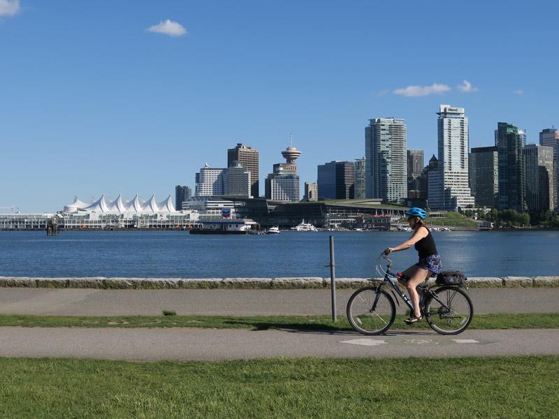 Canada Place, com o telhado branco, é o porto de Vancouver. Foto: Luciana Misura