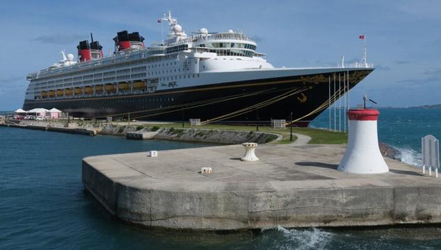 O navio Disney Magic no porto de Bermuda