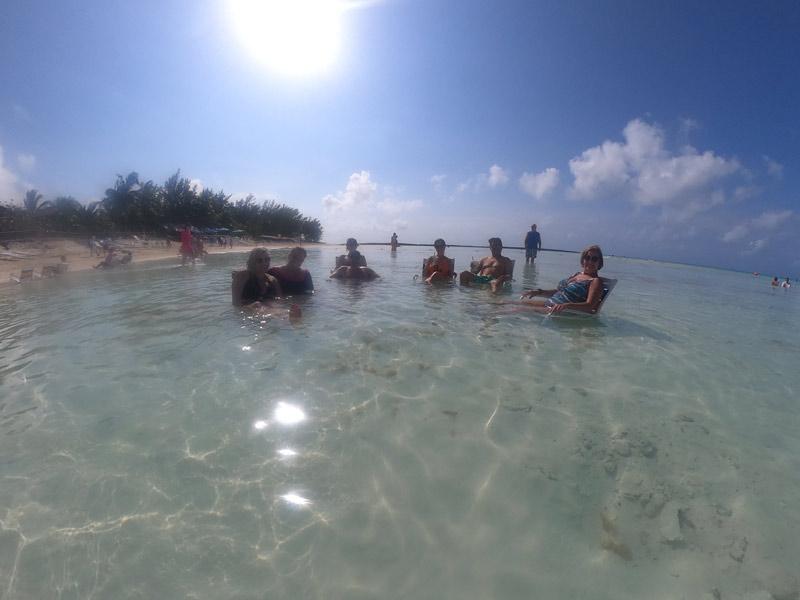 Parte do nosso grupo em Castaway Cay, a ilha da Disney, em fevereiro de 2020